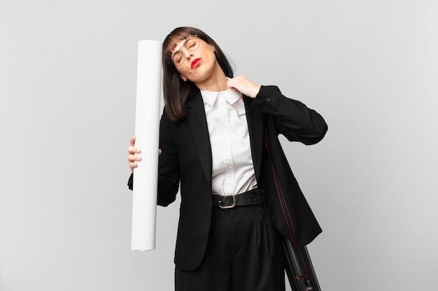 Frau, die sich gestresst, ängstlich, müde und frustriert fühlt, am hemdkragen zieht, frustriert mit problemen aussieht