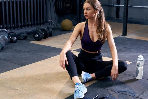 Frau, die sich im fitnessstudio entspannt