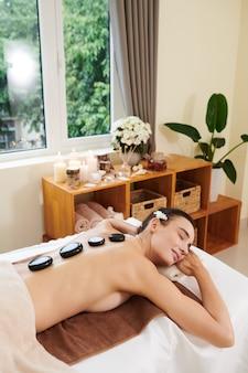 Frau, die sich im spa-salon entspannt