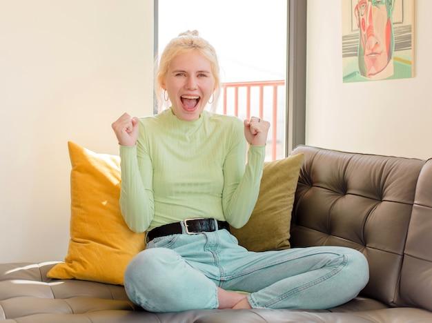 Frau, die sich schockiert, aufgeregt und glücklich fühlt, lacht und erfolge feiert, sagt wow!