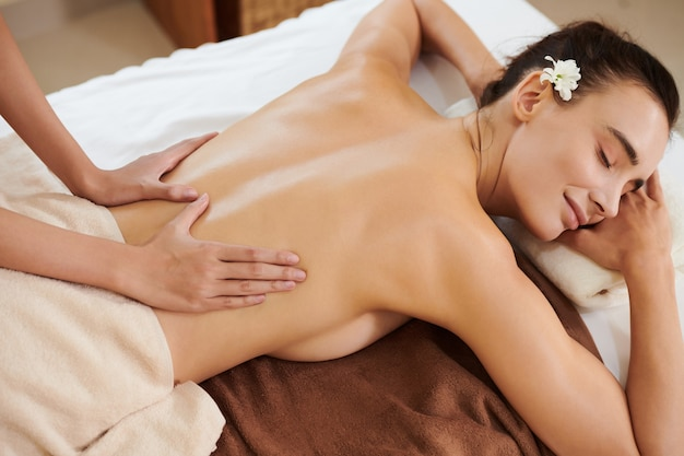 Frau, die sich während der medizinischen massage entspannt
