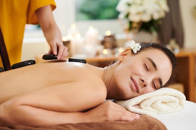 Frau, die sich während der spa-therapie entspannt