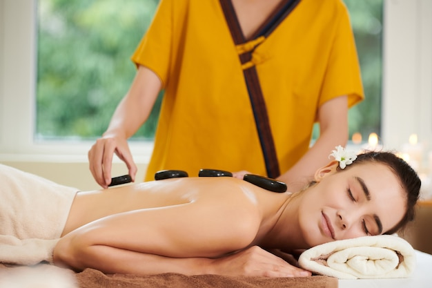 Frau, die sich während der steintherapie entspannt