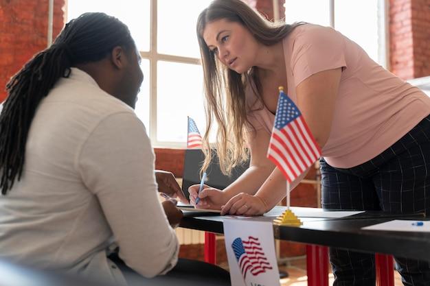 Frau, die sich zur wahl in den vereinigten staaten registrieren lässt