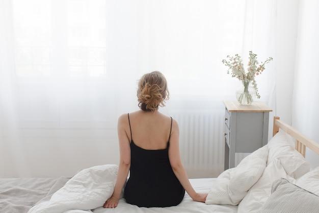 Frau, die sitzt und sich ausdehnt