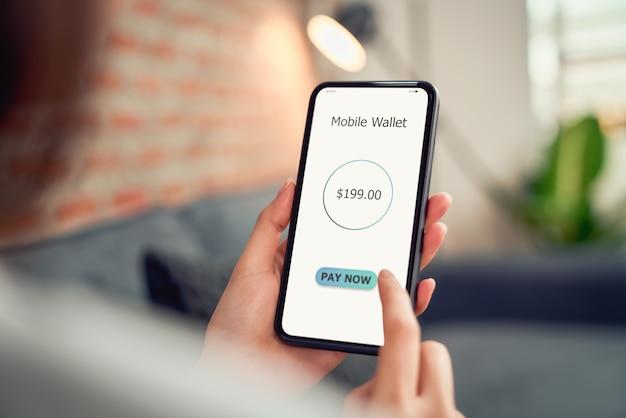 Frau, die smartphone für die zahlung mobile banking auf anwendungsbrieftasche verwendet.