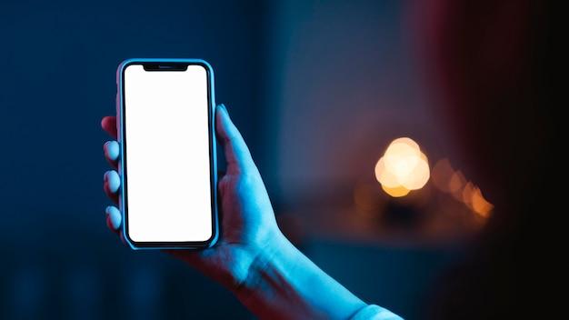 Frau, die smartphone hält und benutzt