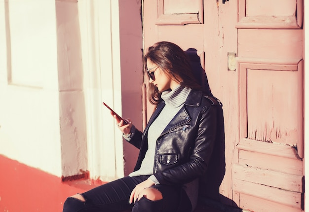 Frau, die smartphone in der europäischen stadt verwendet