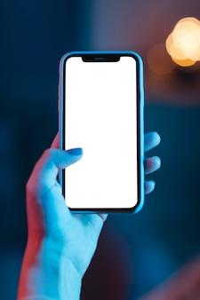 Frau, die smartphone in der hand hält