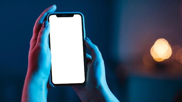 Frau, die smartphone in händen hält