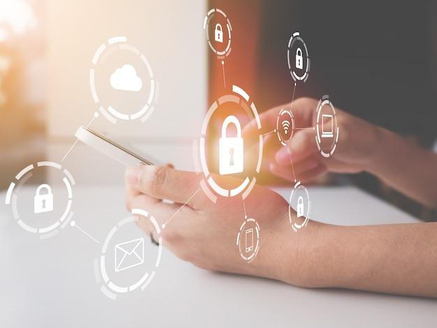 Frau, die smartphone mit grafischem internetsicherheitsnetz von verbundenen geräten und von personenbezogenen dateninformationen verwendet