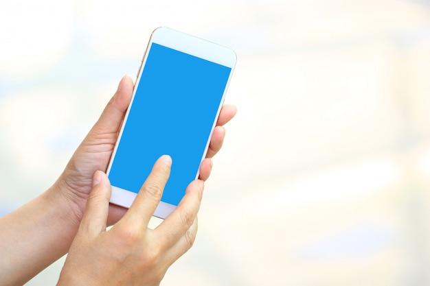 Frau, die smartphone mit leerem bildschirm, kommunikationstechnologiekonzept verwendet