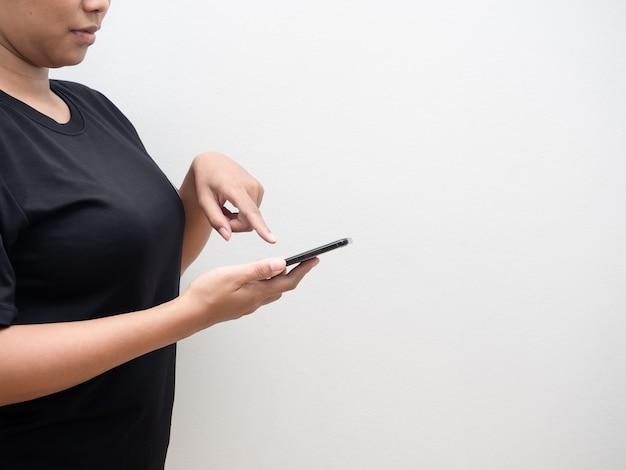 Frau, die smartphone und touchscreen zum einkaufen mit weißem hintergrund des kopienraums hält
