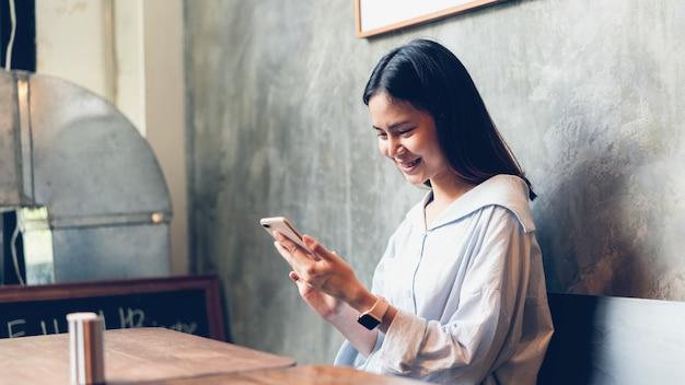 Frau, die smartphone verwendet. das konzept der verwendung des telefons ist im alltag unerlässlich.