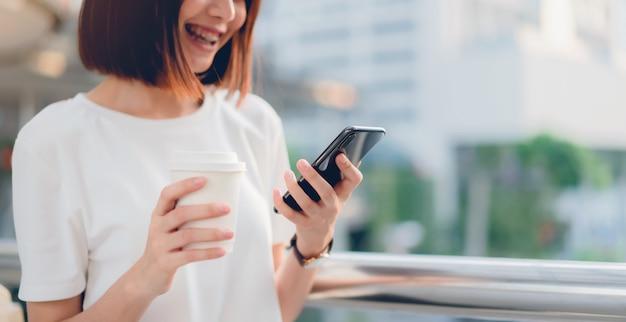Frau, die smartphone verwendet. das konzept der verwendung des telefons ist im täglichen leben von wesentlicher bedeutung.
