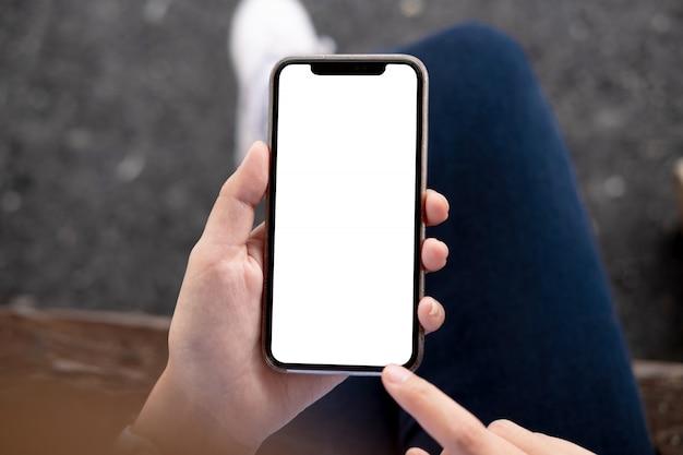 Frau, die smartphone verwendet.