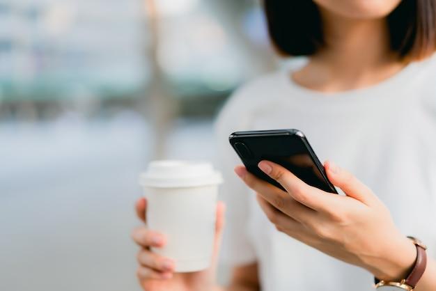 Frau, die smartphone, während der freizeit verwendet. das konzept der verwendung des telefons ist im alltag unerlässlich.