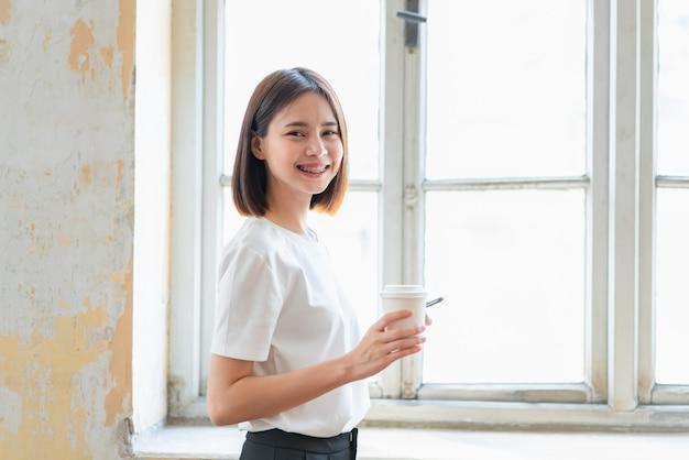 Frau, die smartphone, während der freizeit verwendet. das konzept der verwendung des telefons ist im täglichen leben von wesentlicher bedeutung.
