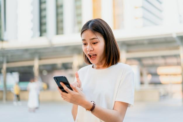 Frau, die smartphone, während der freizeit verwendet.