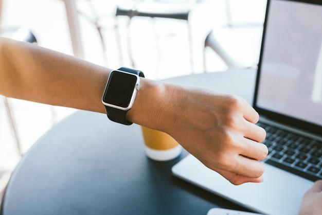 Frau, die smartwatch mit e-mail-melder verwendet