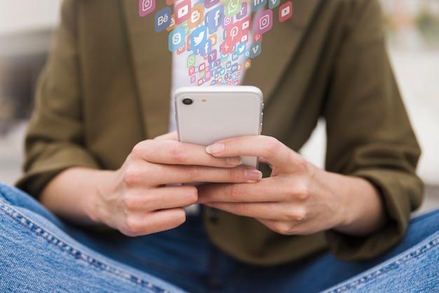 Frau, die social media-app auf smartphone verwendet