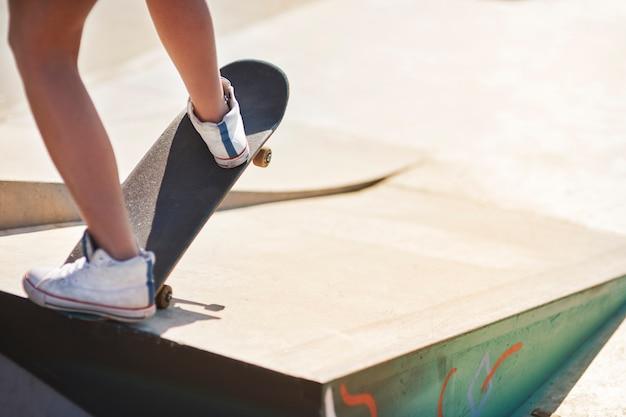 Frau, die spaß mit skateboarding hat