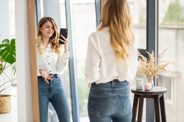 Frau, die spiegelfoto nimmt