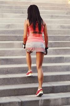 Frau, die sport im freien macht