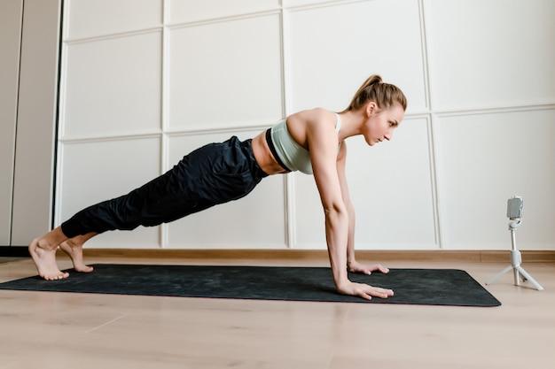 Frau, die sporttraining zu hause tut