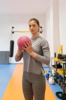 Frau, die sportübungen macht