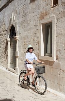 Frau, die stadtfahrrad reitet