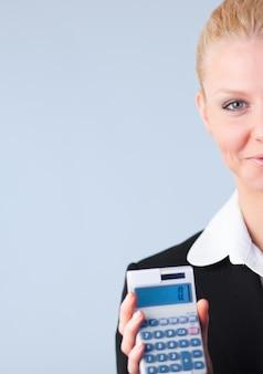 Frau, die steuererklärungen berechnet