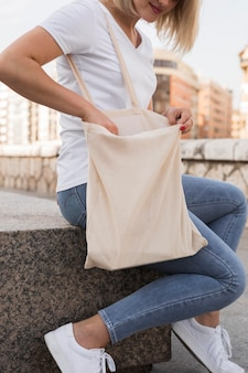 Frau, die stofftasche hält