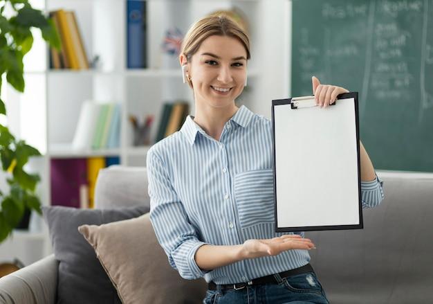 Frau, die studenten im englischunterricht online unterrichtet