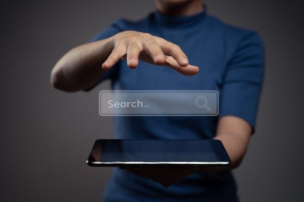 Frau, die tablette für die suche mit browser-symbol-hologramm-effekt verwendet