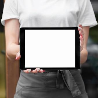 Frau, die tablette mit kopienraum hält
