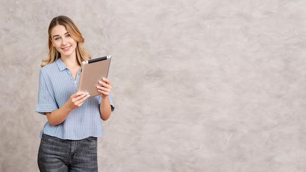 Frau, die tablette mit kopienraum überprüft