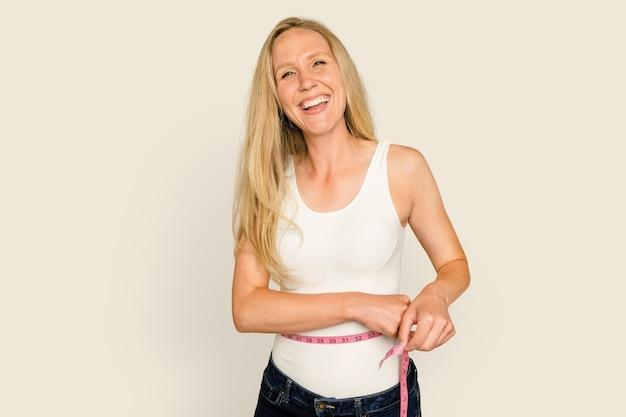 Frau, die taille für gesundheits- und wellnesskampagne misst