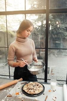 Frau, die teig für kuchen vorbereitet