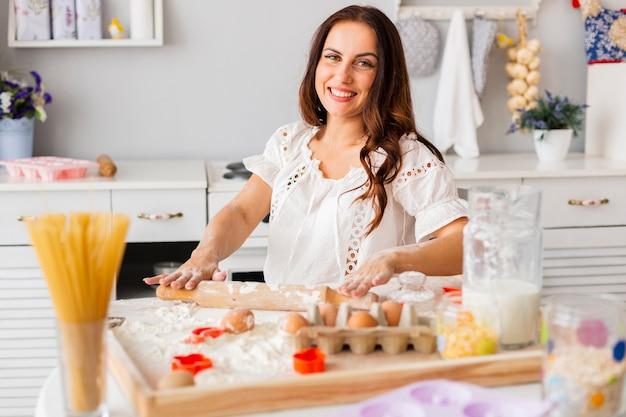 Frau, die teig mit küchenrolle zubereitet