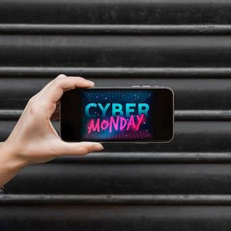 Frau, die telefon mit cyber-montag-aufschrift hält