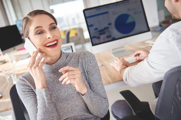 Frau, die telefonische besprechungen mit kunden bucht