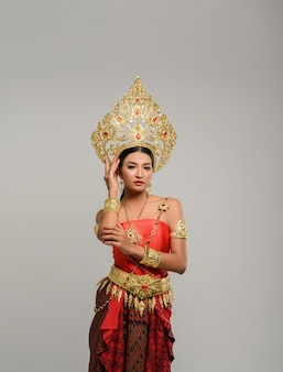 Frau, die thailändische kleidung und griffe auf der krone trägt