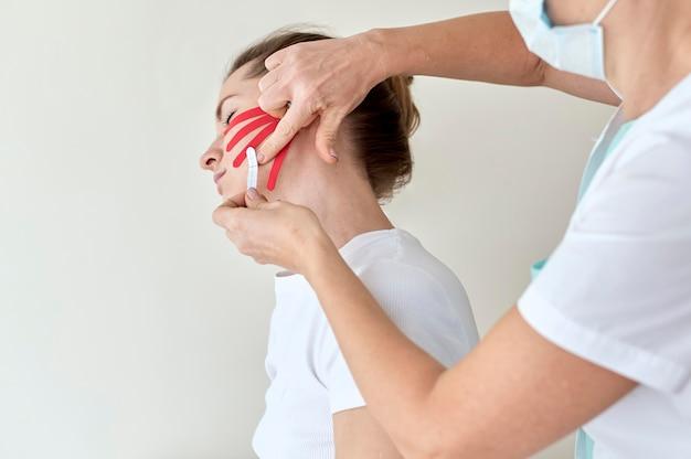 Frau, die therapie mit physiologe durchmacht