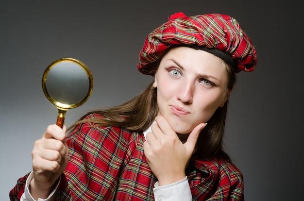 Frau, die traditionelle schottische kleidung trägt