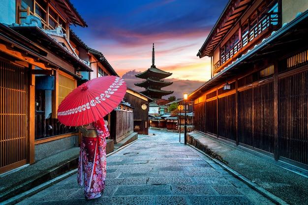 Frau, die traditionellen japanischen kimono an der yasaka-pagode in kyoto, japan trägt