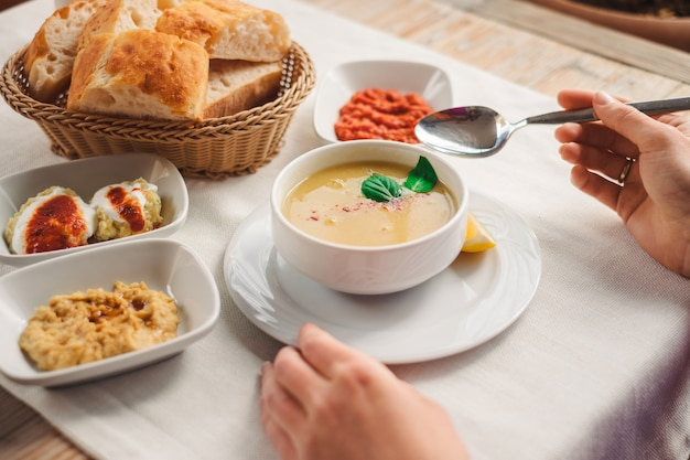 Frau, die traditionelles kappadokien-essen, linsensuppe isst