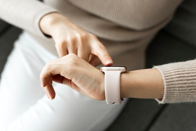 Frau, die tragbare smartwatch-technologie betrachtet