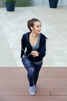 Frau, die tragende sportkleidung im freien laufen lässt