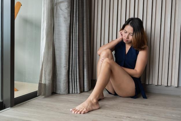 Frau, die trauriges, einsames, gebrochenes herz fühlt